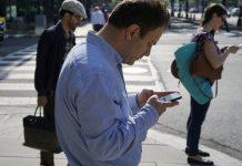 celular, calle, cruzar